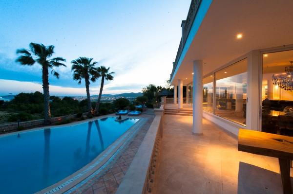 Luxe villa met 6 slaapkamers te koop in Ibiza